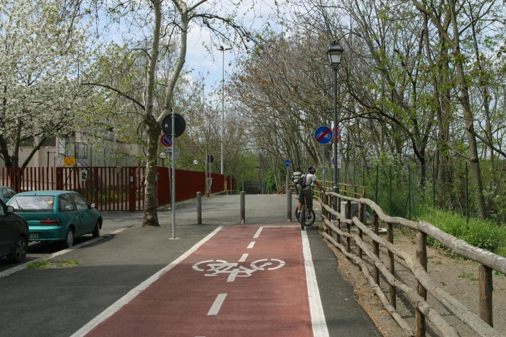 Pulizia del tratto di pista ciclabile da via Valdarno verso villa Ada